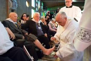 Lavement de pieds - Le Pape François avec l'étole de diacre