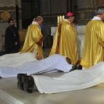 Prostration des ordinands pendant la litanie des Saints