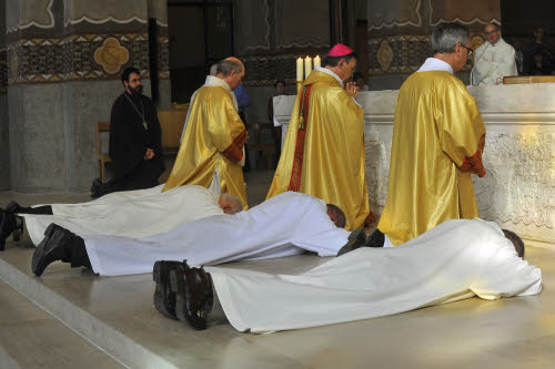 Prostration des ordinands pendant la litanie des Saints