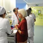 Juin 2013 : Une équipe de bénévoles (membres de L'ASP, Association pour le développement des Soins palliatifs) accompagne les malades en fin de vie dans l'Unité de Soins Palliatifs de l'Hôpital Saint Vincent de Paul ( Groupement des Hôpitaux de l'Institut Catholique de Lille). Ici, Nicole de LEEUW, Présidente de l'ASP, bénévole accompagnante elle-même. Lille (59) France.  June 2013 : Volunteers accompany patients at end of life in the Palliative Care Center of the St Vincent de Paul hospital. Lille (59), France.